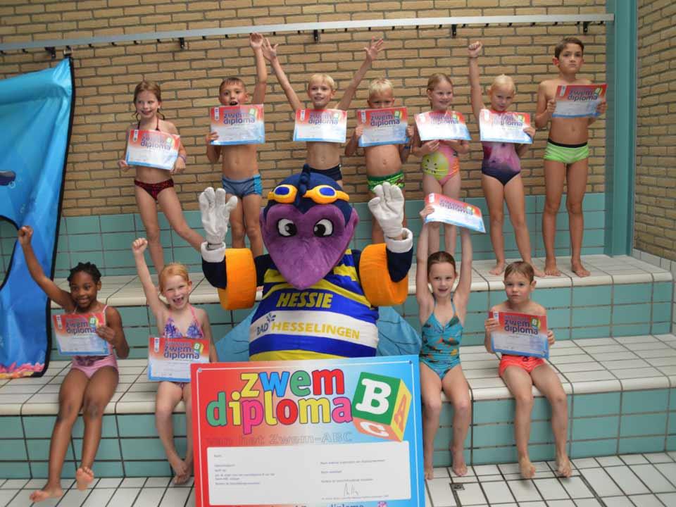 Kinderen met behaalde diploma B op 3 oktober 2018 met mascotte Hessie