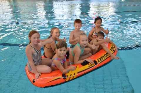 Kinderen die voor diploma C diplomazwemmen in bootje