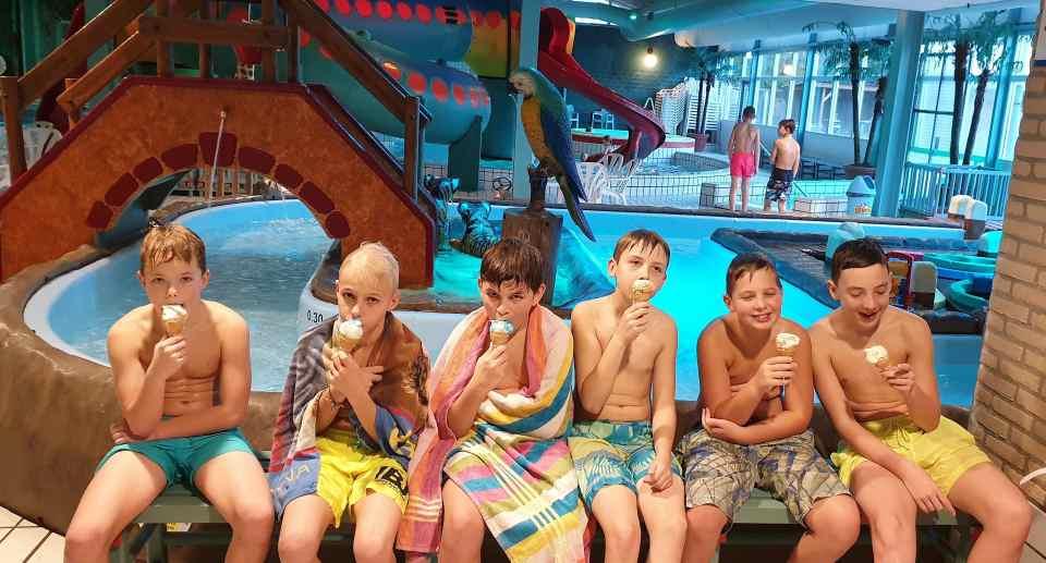 jongens ijsje zwembad feestje restaurant