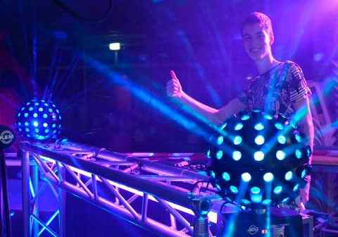 Deejay dj bij de draaitafel met lichtbol tijdens het discozwemmen